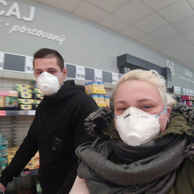 Čtenáři Deníku posílali fotografie v rouškách.