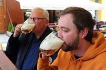Předzahrádky v centru města po rozvolnění. Na snímku zleva sládek Václav Berka a Plzeňan Šimon Malý při kontrole kvality piva.