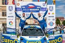 Václav Pech a Petr Uhel - Posádka Václav Pech (vpravo) a Petr Uhel se raduje 12. července 2020 z výhry v cíli Rallye Bohemia v Mladé Boleslavi.
