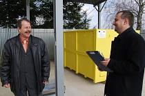 Pouhých pět měsíců trvala výstavba sběrného dvora ve Zbůchu. Starosta obce Jiří Hájek (vlevo) a Marek Sýkora z Regionální rozvojové agentury Plzeňského kraje neskrývali svoji radost