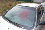 Vandal posprejoval přední skla zaparkovaných vozidel v Plzni