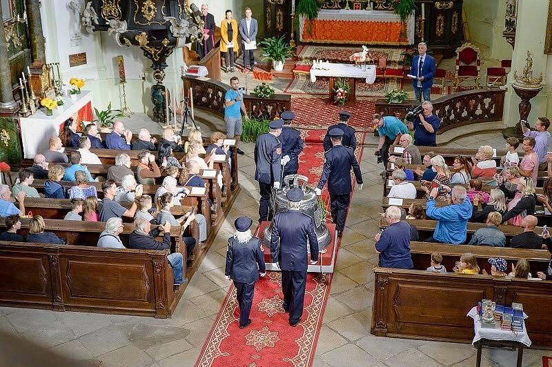 Touškov vítal nový zvon do kostela, byly i Chlebové slavnosti