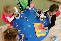 O děti se v mikrojeslích stará vždy kvalifikovaný personál, který si s nimi hraje, vzdělává je a po obědě ukládá k spánku. Foto: archiv