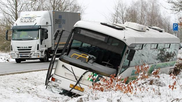 Autobus s dětmi skončil v příkopu.