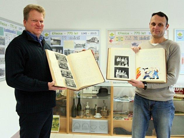 Starosta Křimic Vít Mojžíš (vlevo) a tajemník Ladislav Plochý ukazují ve výstavním sále v budově pátého městského obvodu dochované materiály o historii obce.