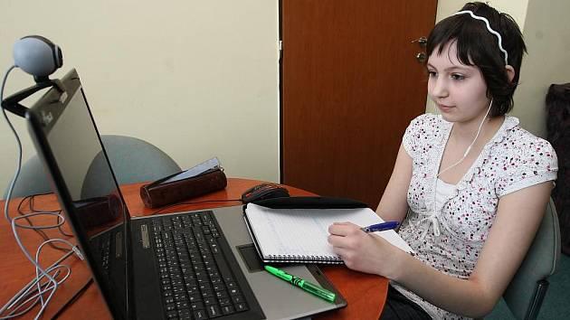 Čtrnáctiletá terciánka Gymnázia Františka Křižíka Eva absolvuje část výuky přes obrazovku ve třídě