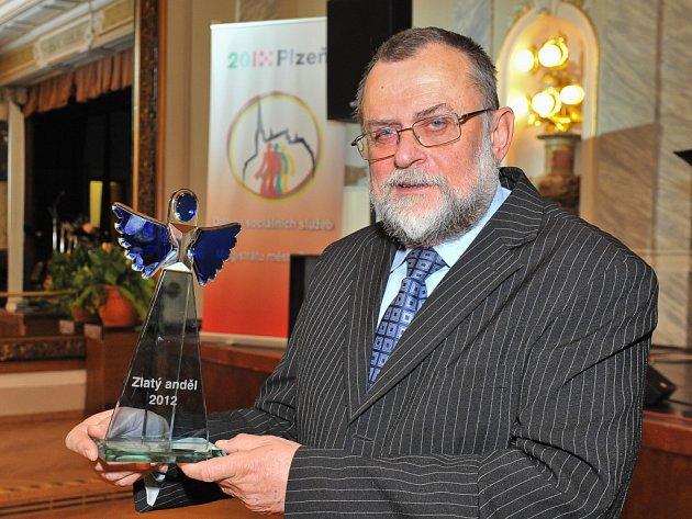 Se soškou skleněného Anděla. Karel Ženíšek dostal ocenění jako pracovník v sociálních službách.