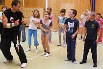 Dětem na 17. základní škole ukázal cvičitel Jaroslav Havelka, jak se tančí streetdance. Žáci prvního stupně by si přáli, aby tělesná výchova probíhala ve stejném duchu i nadále