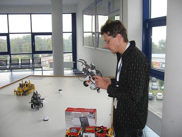 Michal Kubík předvádí robota, který umí přenášet předměty a auto, které samo zaparkuje do určeného prostoru