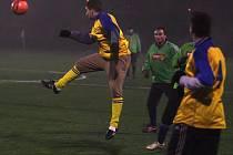 Ve včerejším podvečeru se hrálo utkání druhého kola doubraveckého fotbalového zimního turnaje. Domácí Senco (ve žlutém) zdolalo Rokycany poměrem 2:0