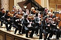 Část současné Plzeňské filharmonie na koncertním pódiu při letošním festivalu Pražské premiéry (vpravo koncertní mistr Jiří Žilák a zástupkyně koncertního mistra Chiaki Yamazaki)
