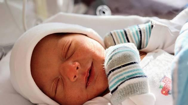 Adam Chaloupek se narodil 30. prosince v 6:50 mamince Lucii a tatínkovi Marošovi z Příkosic. Po příchodu na svět v porodnici FN na Lochotíně vážil prvorozený chlapeček 3280 gramů a měřil 51 centimetrů.