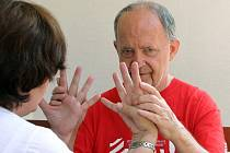 Jiří Schneider je hluchoslepý. Pravidelně ho navštěvuje terénní sociální pracovnice organizace LORM Jana Kašparová. Ta s ním komunikuje zpravidla taktilním znakovým jazykem