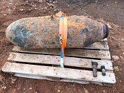 Pyrotechnik úspěšně odstranil z letecké pumy zapalovace,čímž ji deaktivoval.