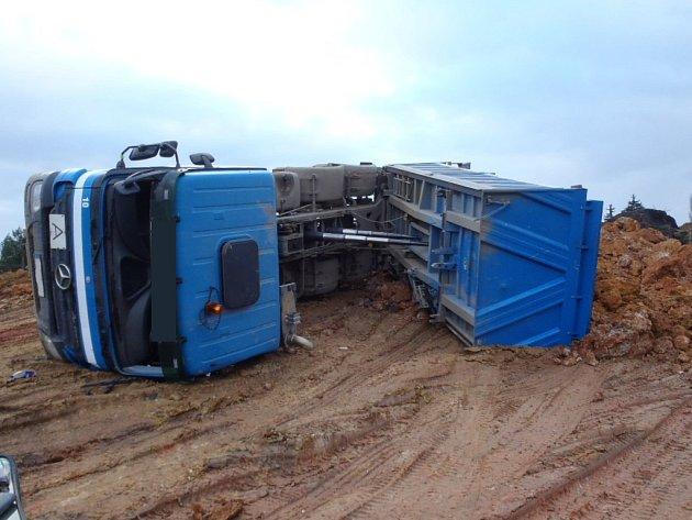 Převrácené nákladní auto v Přešticích