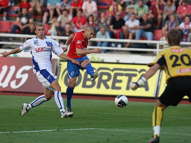 Jan Rezek (na archivní fotografii v červeném) byl jediným střelcem gólu celého utkání. Díky jeho penaltovému kopu Viktoria na Slávii zvítězila