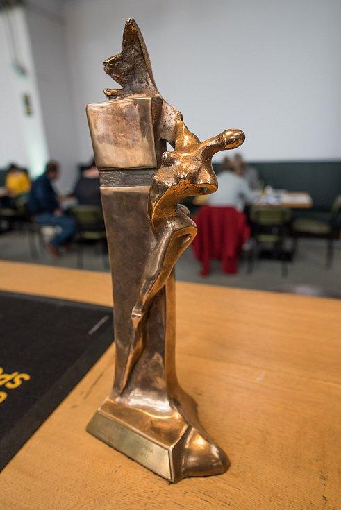 Cenu vytvořil renovovaný sochař Václav Česák, v pátek si ji z Plzně odvezou vítězové jednotlivých kategorií.
