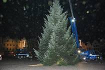Neděle 20.11.2011,23,05: Strom je upevněn, poletuje průmyslový sníh