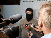 Improvizovaná tisková konference na Krajském ředitelství policie k nočnímu zadržení střelce z Rokycan.