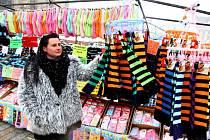 Sortiment  řemeslných trhů rozšířili noví organizátoři o spotřební zboží či  textil. Tradiční dekorace sice nechybějí, rukodělní výrobci ale  jarmark až na výjimky opustili