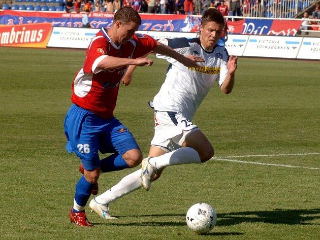 Plzeňský Pavel Malcharek  (vlevo) se snaží uniknout Pavlu Lysoňkovi z týmu Slovácka.  Viktoria výhrou  zpečetila  pád  hostů do druhé ligy