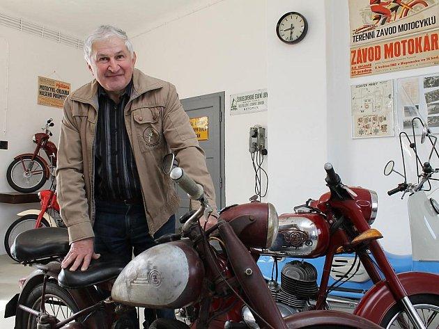 František Kroupa ze Společnosti přátel starého Nepomuka u exponátů ve staronovém prostředí