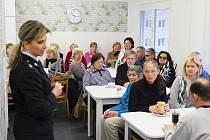 Policejní mluvčí Pavla Burešová radila klientům plzeňského TyfloCentra, co mohou dělat pro svoji bezpečnost nejen vpředvánoční době.