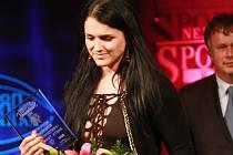 Juniorská mistryně světa v kulturistice Aneta Tomanová převzala při vyhlašování ankety Nejúspěšnější sportovec 2015 cenu za mimořádný sportovní výkon roku.