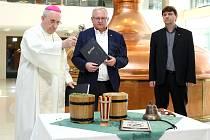 Emeritní biskup František Radkovský s obchodním sládkem Václavem Berkou a sládkem Jurou Fuskem.