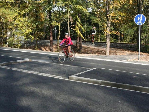 Nová cyklostezka z Bolevce do Třemošné bude sice oficiálně zkolaudována až 16. října, ale už nyní ji někteří cyklisté používají. Trasa je prakticky dokončena