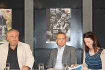 Martin Otava (vlevo), ředitel DJKT, Norbert Baxa, nový šéfdirigent orchestru, a Klára Špičková, dramaturgyně činohry, spolu               s dalšími členy uměleckého vedení DJKT informovali tento týden o premiérách sezony 2015/2016