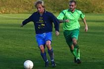 Doubravecký záložník Jaromír Šimr (vlevo) si kryje míč před dotírajícím Jaroslavem Kubíčkem, obráncem Baníku Zbůch. Z utkání vyšli nakonec vítězně fotbalisté Doubravky, kteří ve Zbůchu zvítězili 4:0