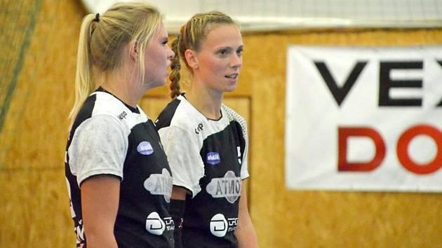 Klíčové házenkářky HC Plzeň Petra Roubalová (vlevo) a Lucie Pešičková.