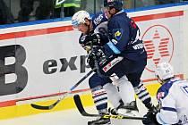 Plzeňského útočníka Jakuba Lva (vlevo) atakuje Ondřej Vitásek z týmu Libercev prvním vzájemném utkání sezony v Plzni, které Škodovka prohrála 2:4.