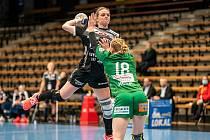 Markéta Jeřábková v dresu Thüringeru při utkání proti FrischAuf Göppingen, za který hraje další česká reprezentantka Michaela Hrbková.