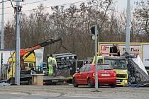 Převrácený kamion na několik hodin omezil dopravu na rušné Karlovarské třídě