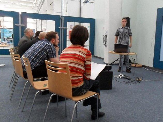 Student Matěj Bidlák při prezentaci svého projektu před komisí