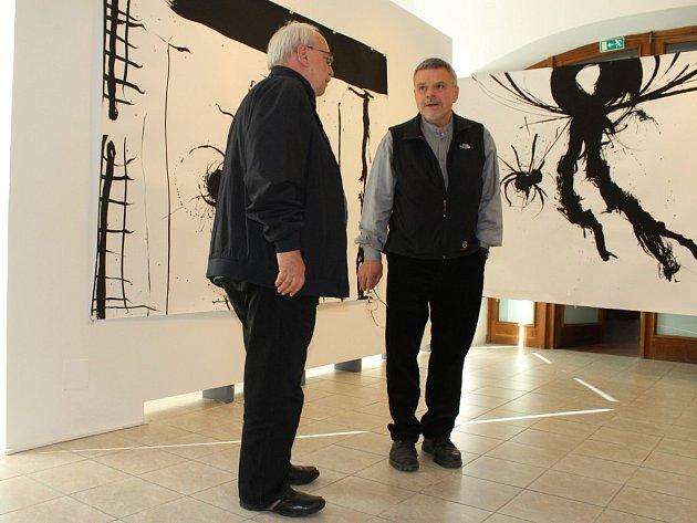 Mikoláš Axmann (vpravo) a kurátor výstavy Ivan Neumann