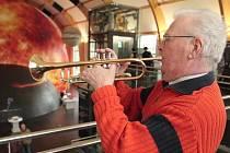 Ota Heller se svou trubkou v 3D planetáriu, tedy v budově, jež kdysi sloužila jako škodovácká jídelna. Známý plzeňský kapelník ji v roce 1953 jako člen učňovské kapely otevíral