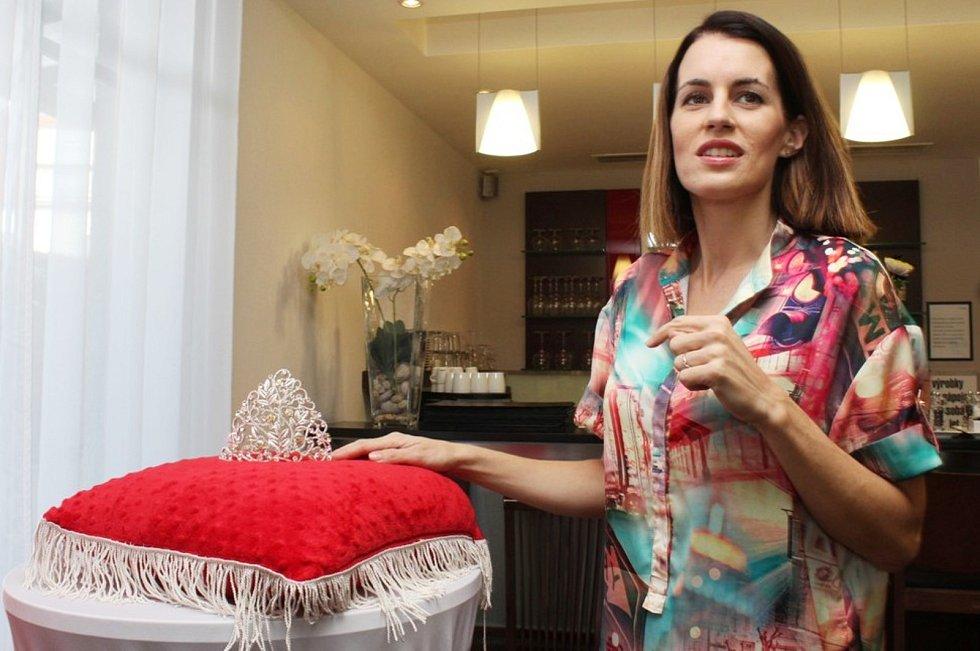 Ředitelka soutěže Dívka Talent Ilona Křížková a její patronka Lucie Křížková představily dvanáct finalistek a korunku pro vítězku.
