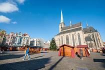 Na plzeňském náměstí už stojí stánky připravené pro letošní adventní trhy.