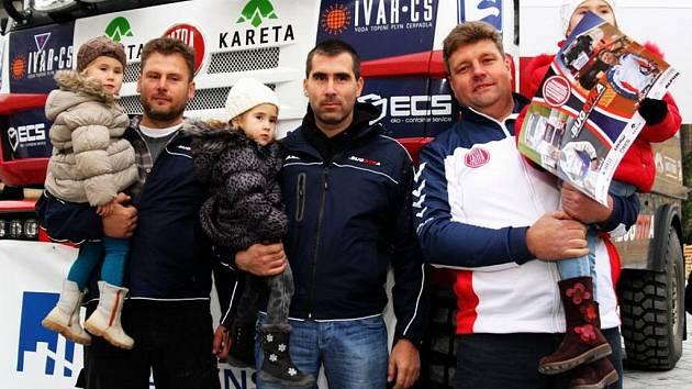 Tým 3K: Zleva René a David Kiliánovi (s Davidovými dcerami) a řidič závodního kamionu Martin Kolomý před odjezdem na Dakar
