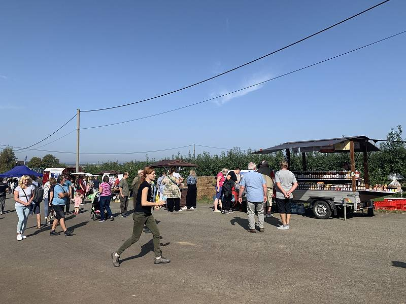 Slavnosti jablek v Nebílovech u Plzně. Lidé mohli na místě ochutnat a nakoupit nejen oceněné regionální potraviny, ale i produkty z nebílovských sadů.