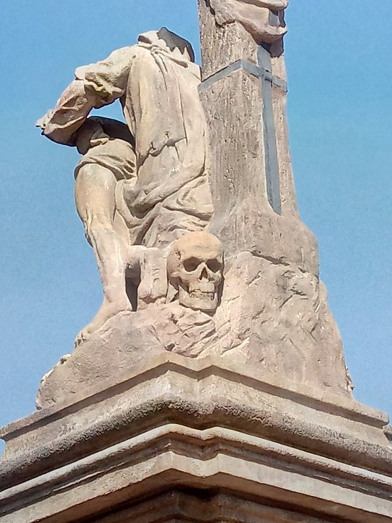 Lebka, trnová koruna a matka držící mrtvého syna. To je křimická Pieta.