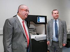 Biomedicínské centrum zakoupilo unikátní přístroj. Na snímku je (vlevo) děkan plzeňské lékařské fakulty Jindřich Fínek a rektor Karlovy Univerzity Tomáš Zima.