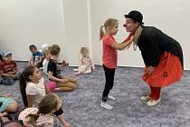 Na Den dětí přivítal v Andělce malé návštěvníky klaun.