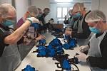 Vězni na Borech vyrábí nanomasky