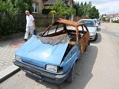 Zrezivělý pozůstatek Fordu Fiesta hyzdí ulici Plzeňská cesta v Plzni na Slovanech