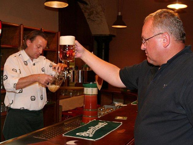 Výčepní Jan Koreis čepuje předpisové pivko, sládek Václav Berka  ochutná, zda má správnou chuť