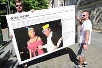 10 LET DIVADELNÍHO LÉTA. Od 29. května je před Studijní a vědeckou knihovnou Plzeňského kraje instalována nová výstava, která připomíná, že letos se festival koná po desáté.